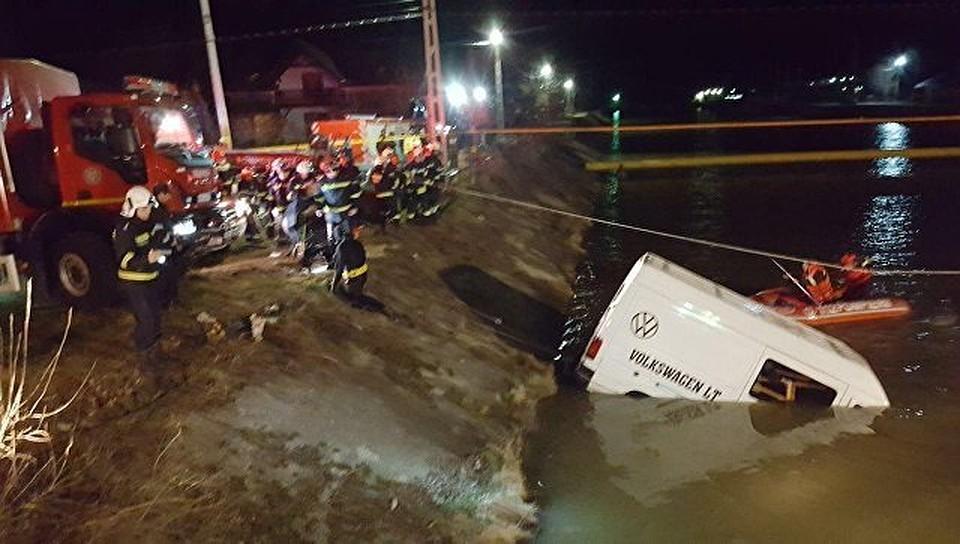 ВРумынии микроавтобус спассажирами упал вреку, девять людей погибло