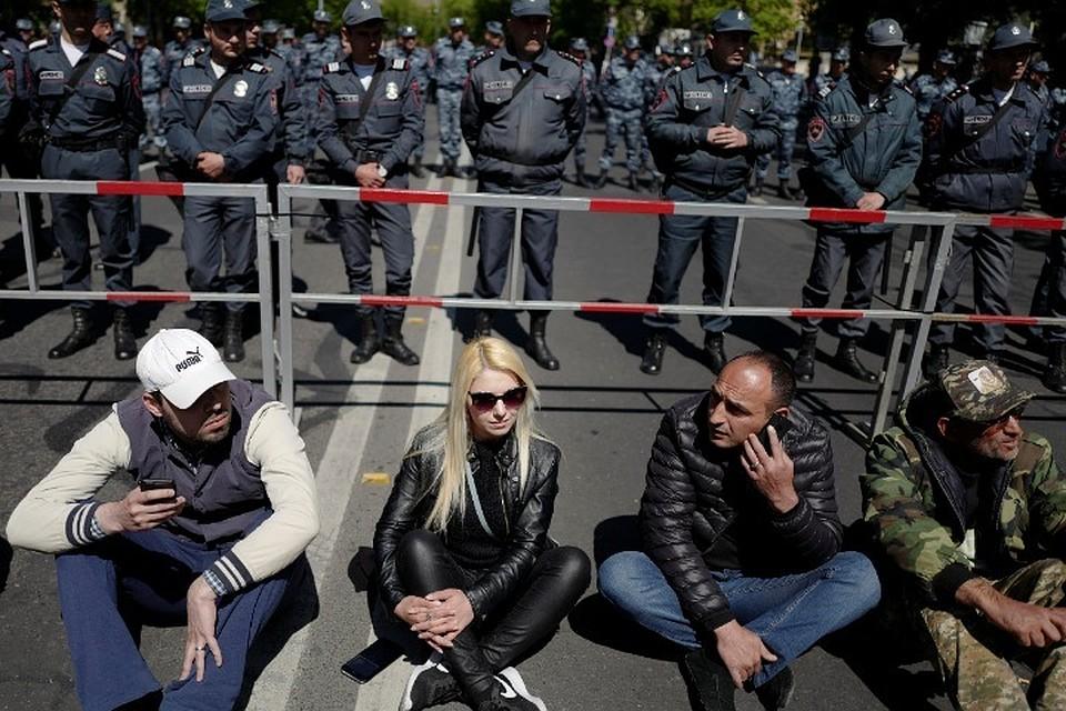 Оппозиционеры блокируют все подступы кзданию парламента Армении