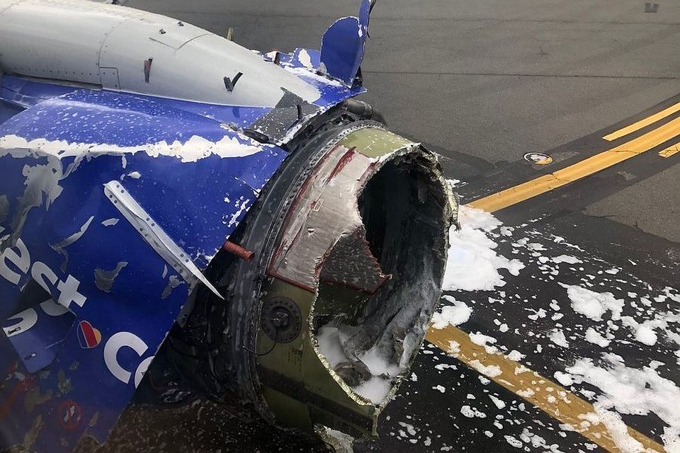 Вамериканском пассажирском самолете взорвался мотор вовремя полета