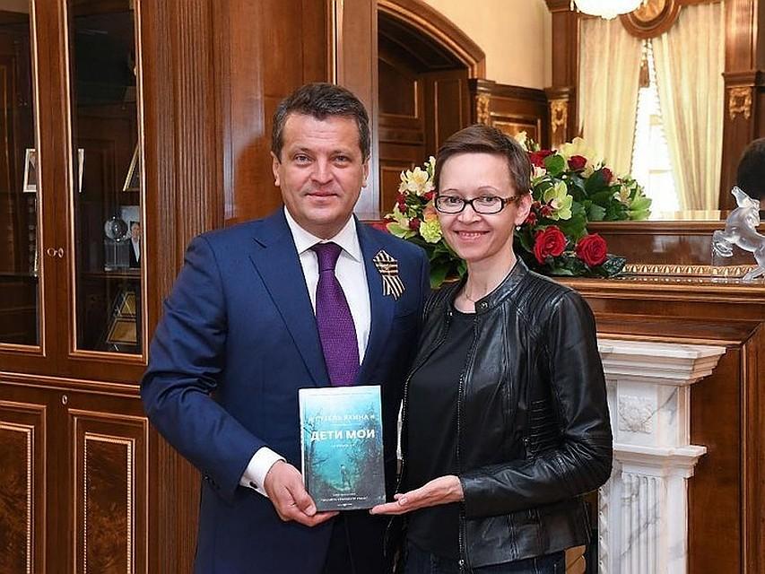 Гузель Яхина подарила мэру Казани свою новейшую книгу «Дети мои»