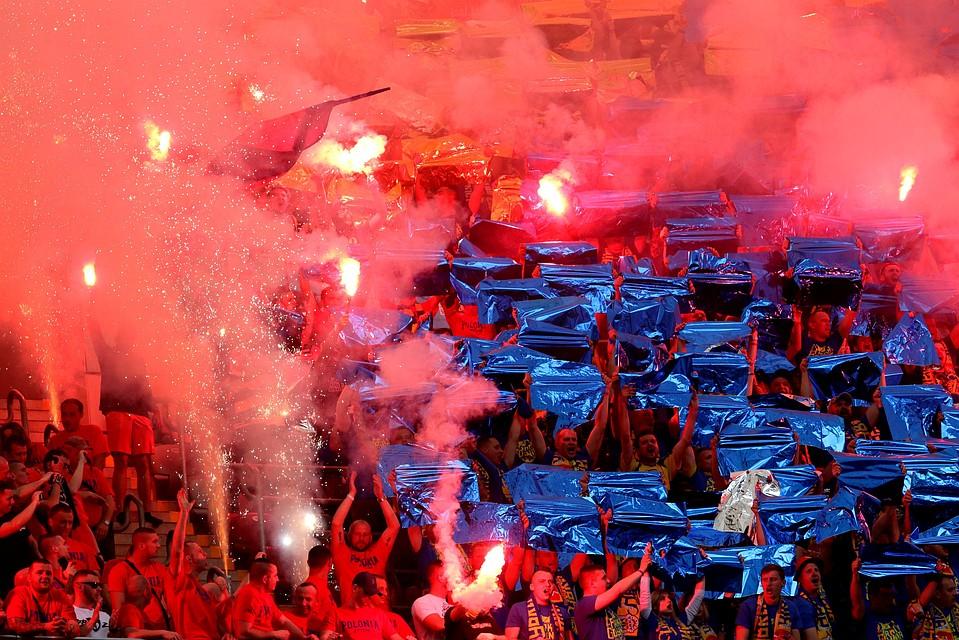 Польские футбольные фанаты случайно сожги баннер снадписью «Мынесгорим»