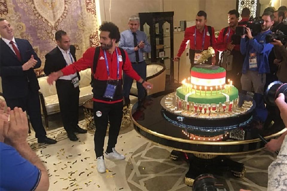 Чеченские болельщики подарили Салаху 100-килограммовый торт