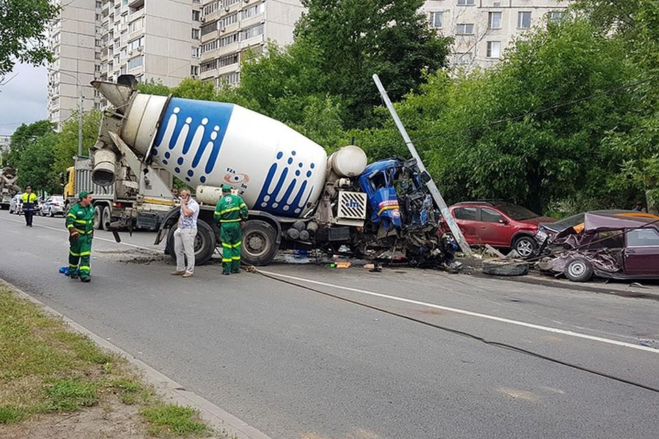 Бетономешалка протаранила припаркованные автомобили иперевернулась наюго-востоке столицы
