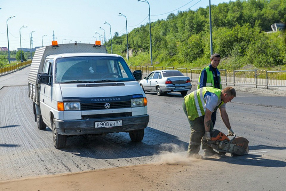 ВМурманске продолжают чинить дорогу напроезжей части