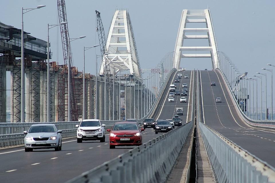 Плавающий кран врезался вКрымский мост— Движение ограничено