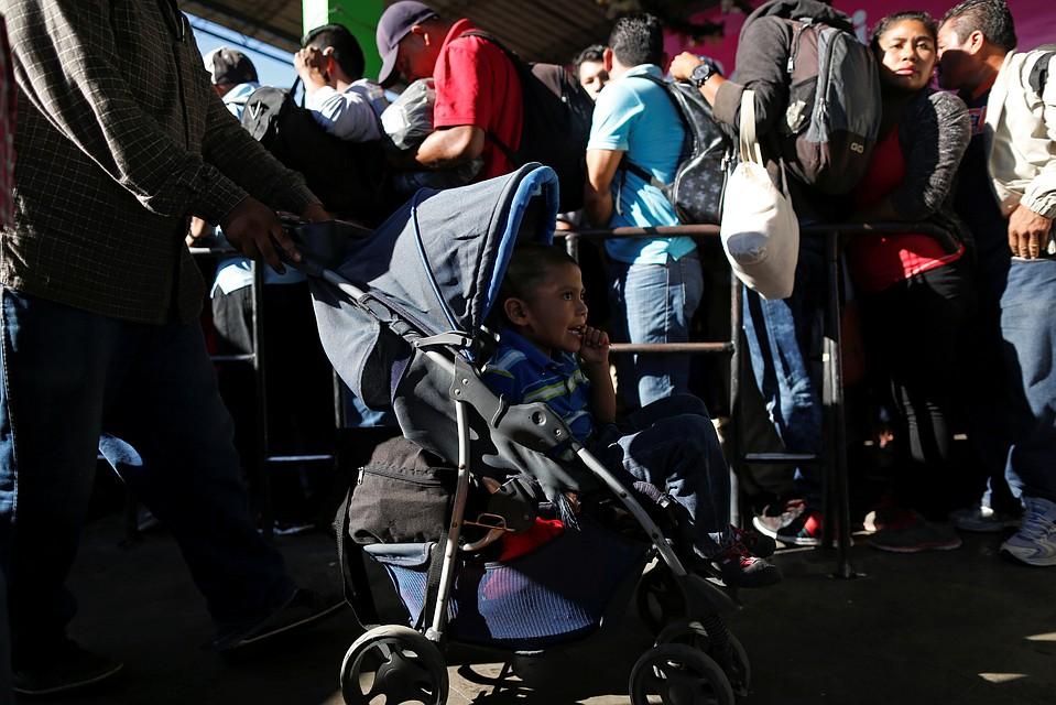 НаСША изЦентральной Америки выдвинулся четвертый караван мигрантов