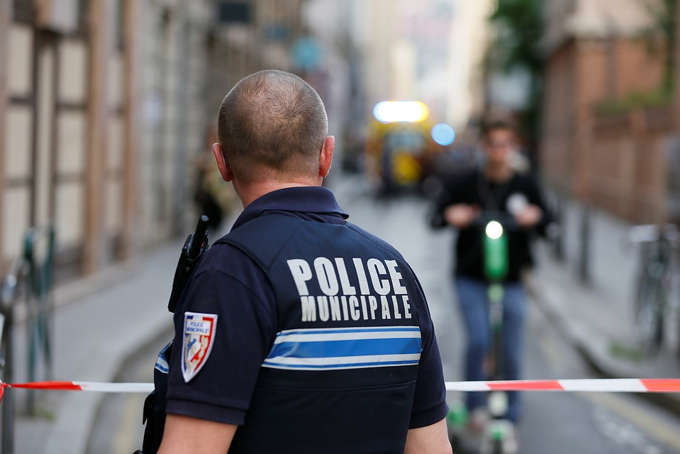 Неизвестный открыл стрельбу около  мечети назападе Франции