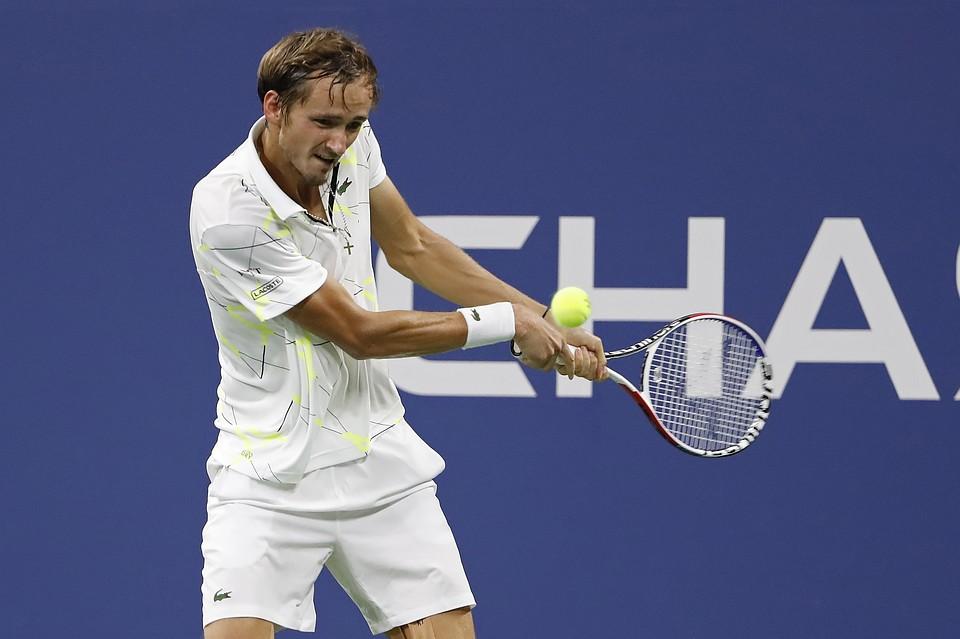 Русский теннисист устроил скандал сполотенцем исредним пальцем наUS Open