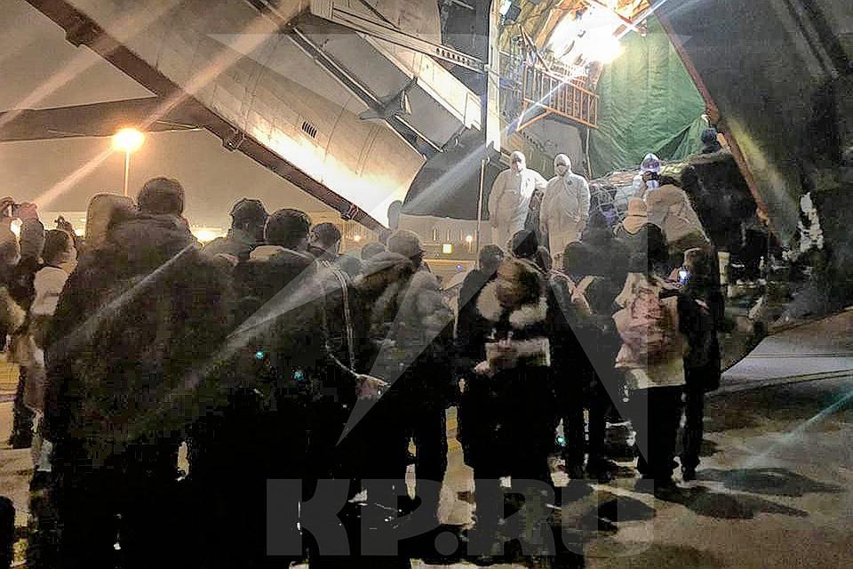 Погрузка наших соотечественников в присланный за ними в Ухань самолет ВКС России. Фото предоставлено КП
