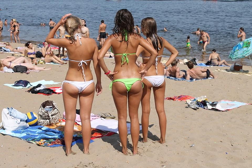 Девушка открыла в Саратове пляжный сезон. В лужах города