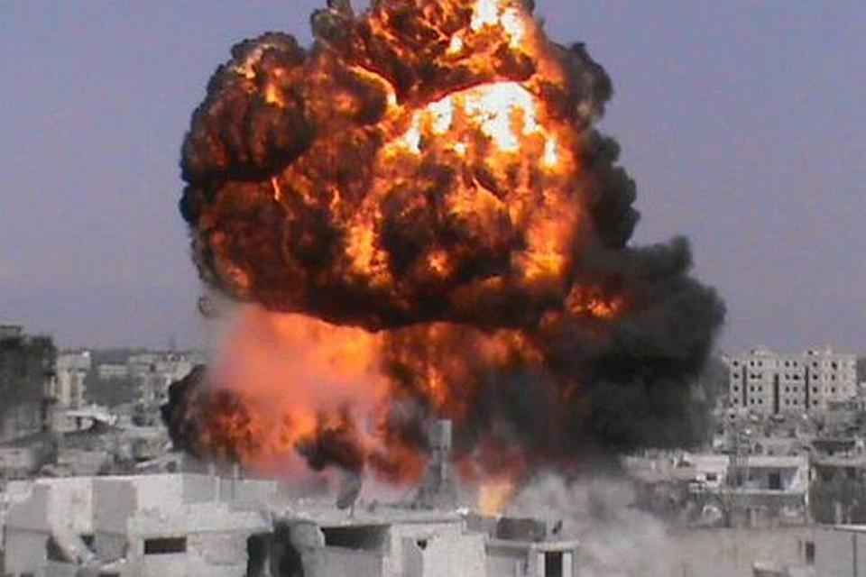 Накал боев в Сирии нарастает. На снимке, сделанном в воскресенье: очередной тяжелый взрыв потряс город Хомс, который уже на протяжении года поочередно переходит то под контроль правительственных войск, то в руки повстанцев.
