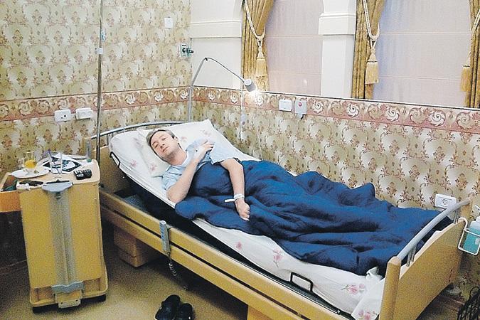 Это фото сделано еще в клинике. Видно, что Жене непросто, но он не падает духом.