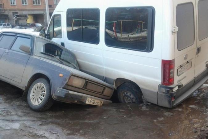 В Удмуртии асфальт разошелся под двумя машинами