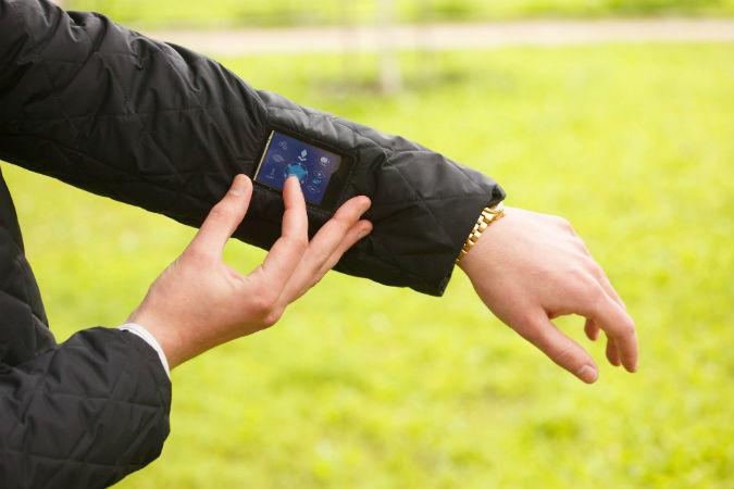 Умные куртки скоро поступят в продажу. Фото: Александр ГЛУЗ