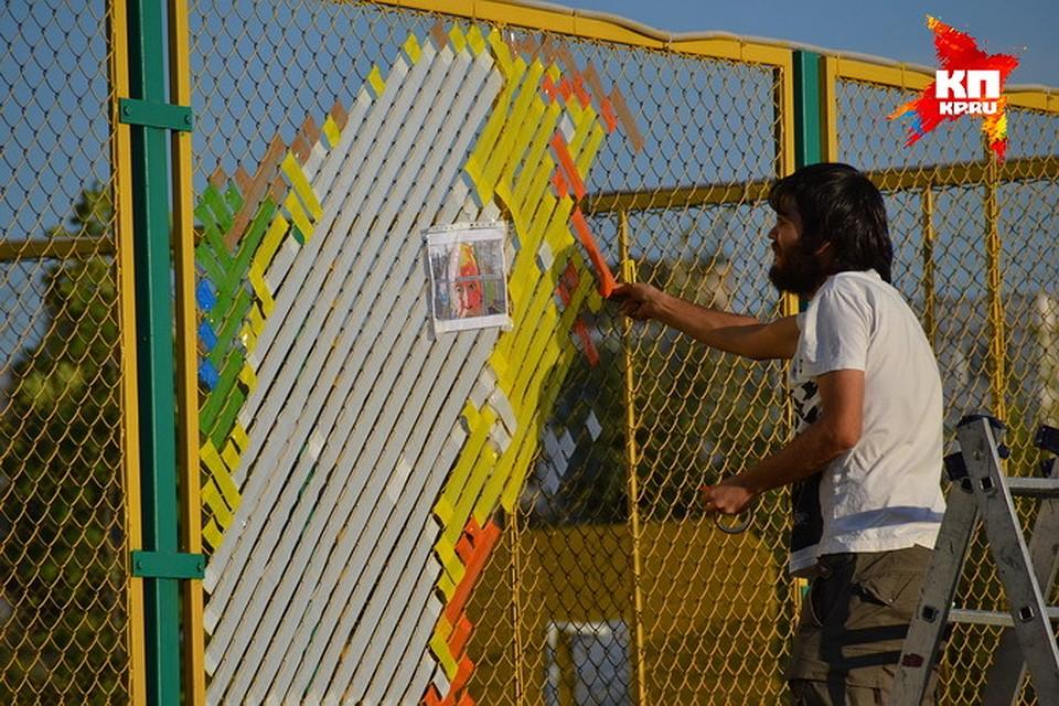 Как украсить забор из сетки рабицы на даче своими руками 92
