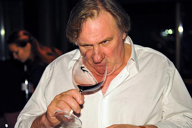 Известный французский, а ныне и российский актер Жерар Депардье в интервью журналу So film заявил, что когда употребляет алкоголь, пьет вовсе не как нормальный человек