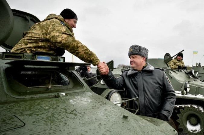 Порошенко не хочет отмечать День защитника Отечества вместе с россиянами и готов ждать до октября