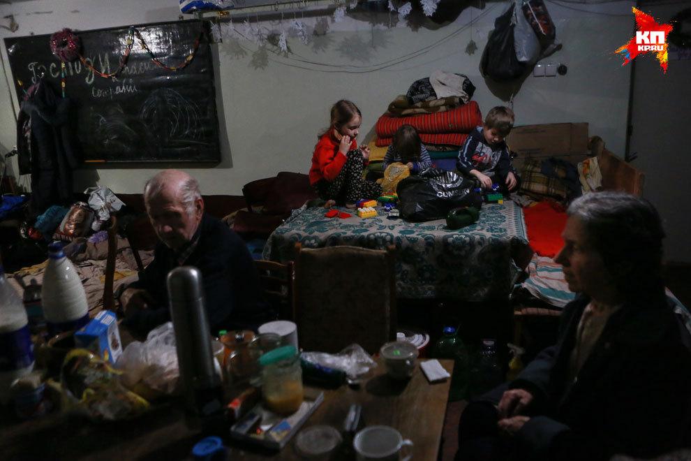 Подвал в центре Дебальцево. Сотрудники МЧС подключили электричество от генератора. Фото: Нигина БЕРОЕВА