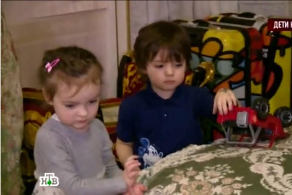 О своей маме дети рассказали журналистам случайно, когда показывали ему свои рисунки и поделки. Фото: кадр НТВ.