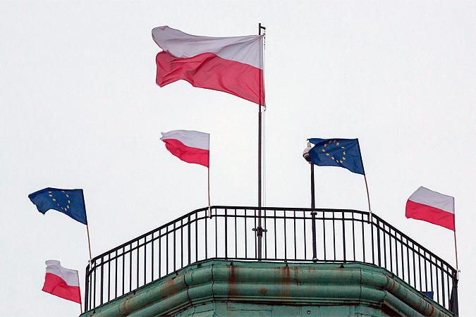 Еврокомиссия приступила к рассмотрению последних польских законов. Полякам грозят санкции и штрафы.