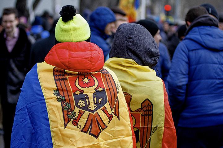 Расстановка фигур на поле принципиально иная: в Киеве внешние силы в лице США и ЕС поддерживали протесты, а здесь Запад ставит на правительство Павла Филипа, но никак не на пророссийских демонстрантов.