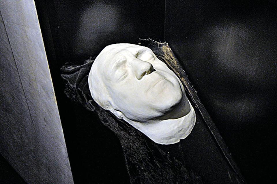 На фото - оригинал посмертной маски поэта, проданной Мариной Влади на аукционе. Хранится в Москве.