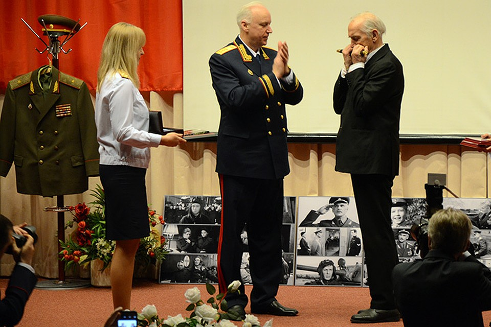 В завершение мероприятия Александр Бастрыкин лично награждал почетных гостей