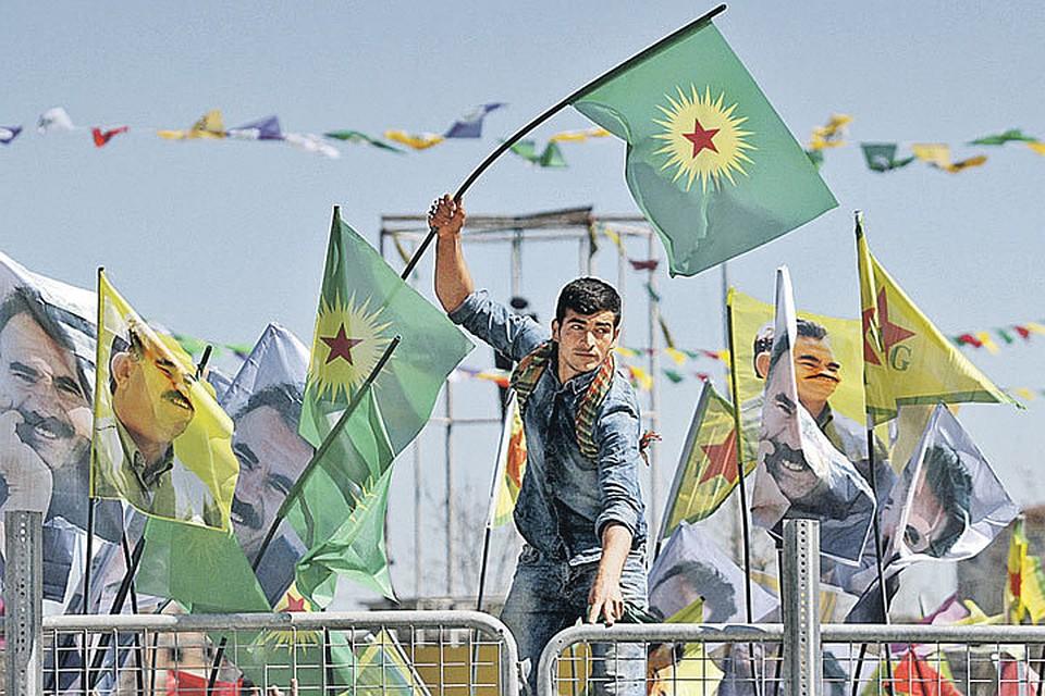 В населенном курдами городе Диярбакыре турецкие войска расстреляли десятки человек. Но жители раз за разом выходят на демонстрации с флагами РПК и портретами Абдуллы Оджалана.