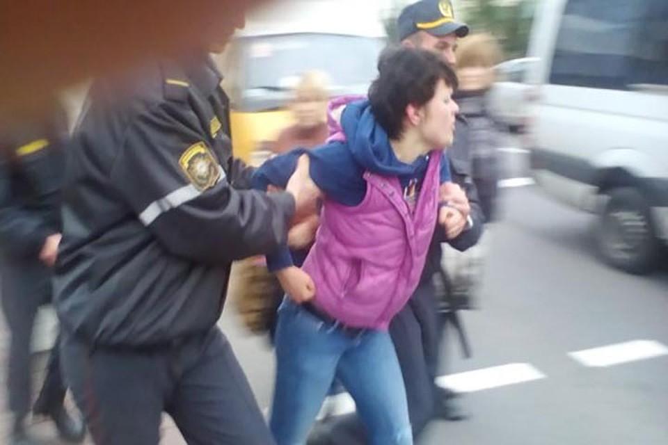Женщину, которая напала на водителя маршрутки, задержал наряд милиции. Фото: Дмитрий Сугоняев.