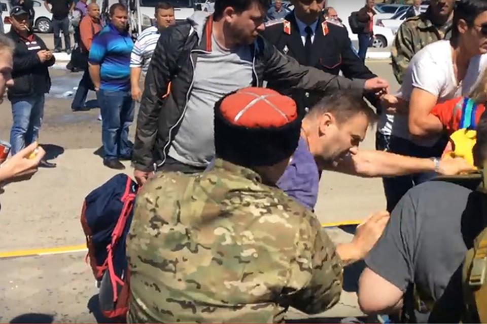 Мужчин, обливших Навального молоком, привлекли кответственности