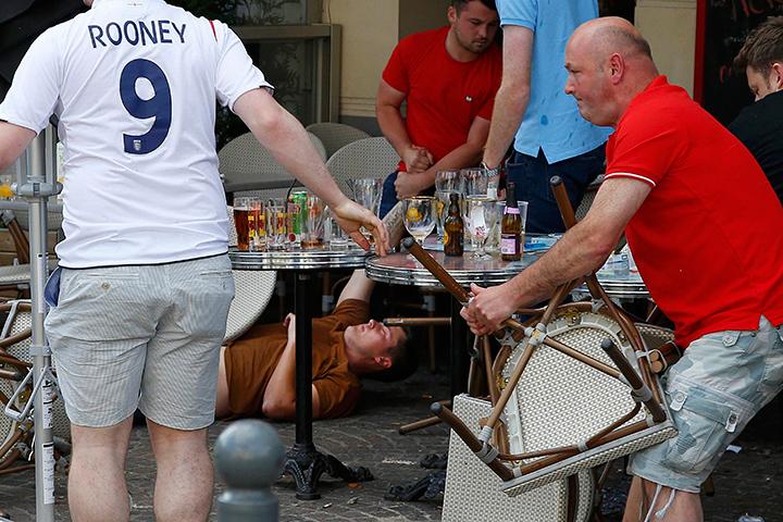 Потрясающая ситуация, в одном месте, буквально в 10 метрах, британцы пьяные, разносят столы, поют, топчут российский флаг, а на другой стороне французская полиция задерживает россиян