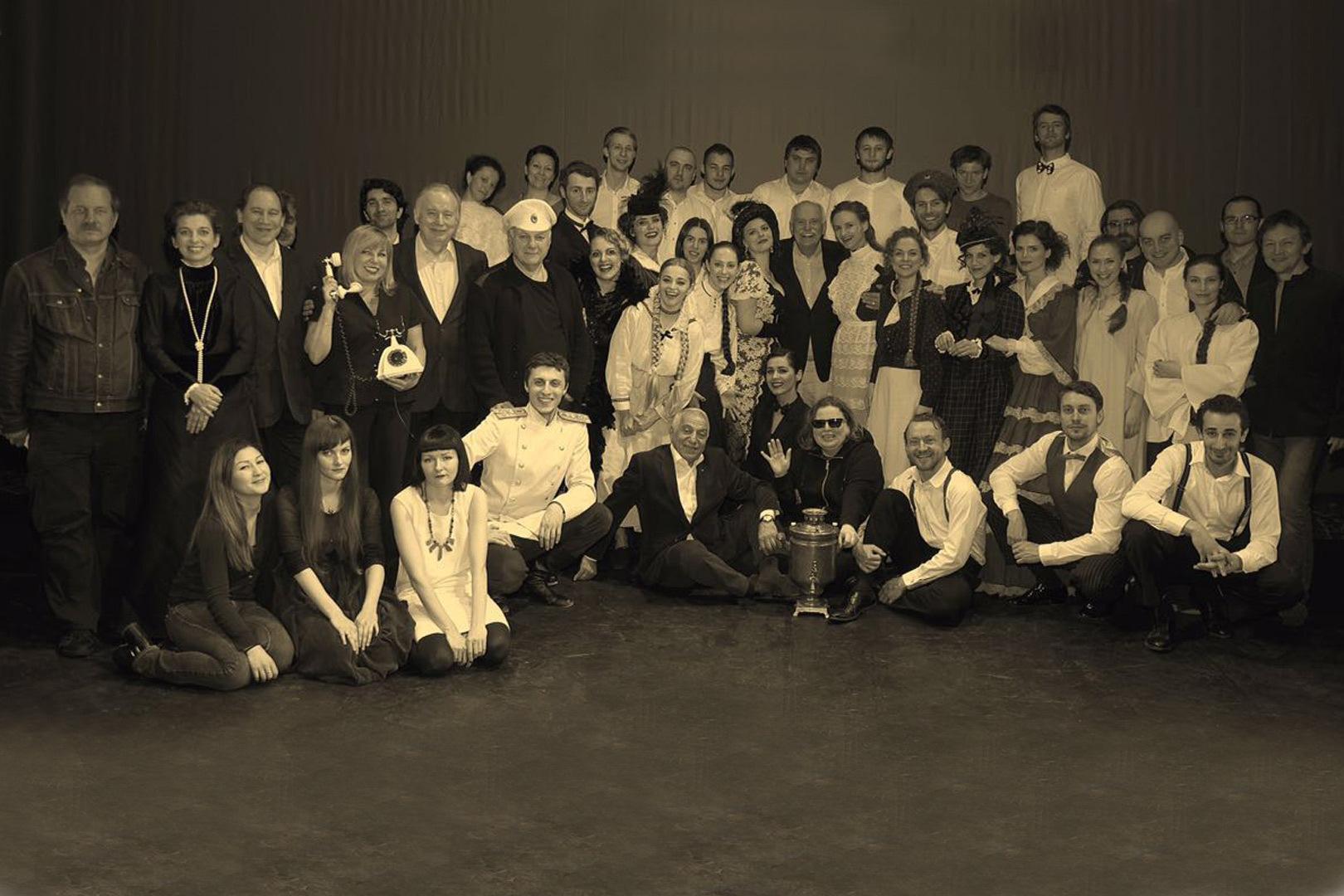 1-За год обучения студенты актерской мастерской под руководством Никиты Михалкова и с помощью режиссеров придумали и поставили спектакль «Метаморфозы».