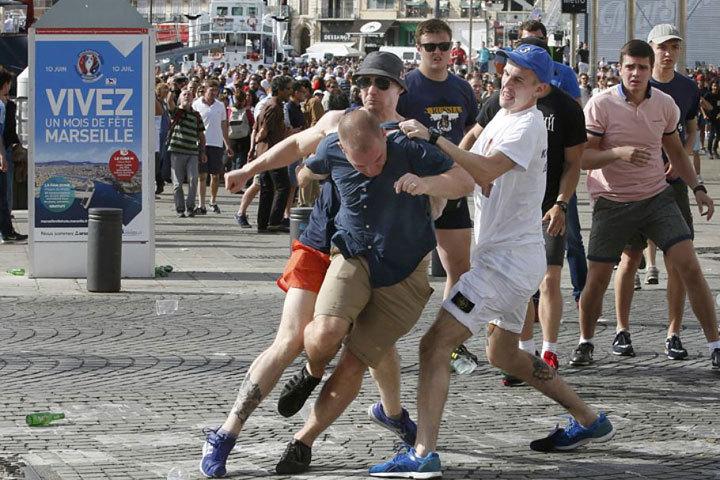 Суд Марселя вынес приговоры троим российским болельщикам за участие в беспорядках в Старом порту города. Фото: Reuter