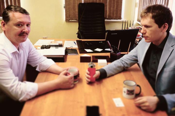 Военный деятель Игорь Стрелков (на фото справа) дал журналисту Эдварду Чеснокову эксклюзивное интервью.