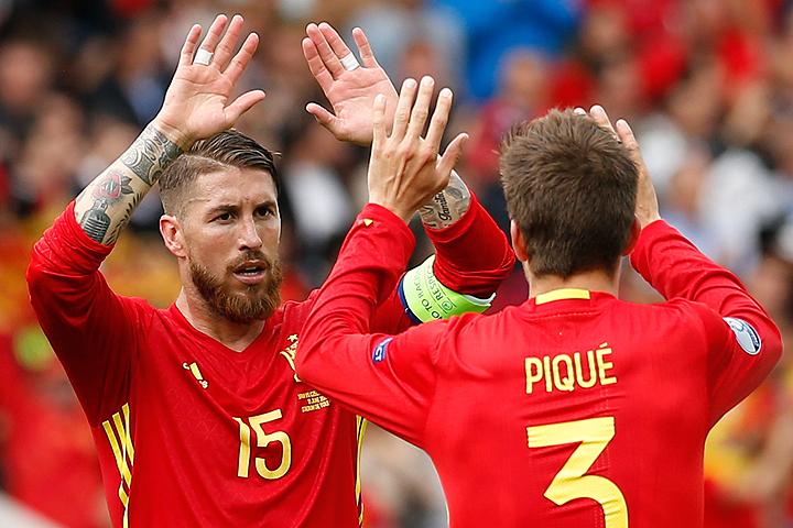 Действующие чемпионы Европы испанцы проводят второй матч на турнире.