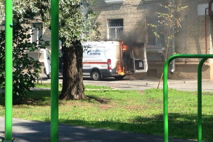 На место ЧП тут же прибыли пожарные. ФОТО: «ДТП и ЧП l Санкт-Петербург l Питер Онлайн l СПб»