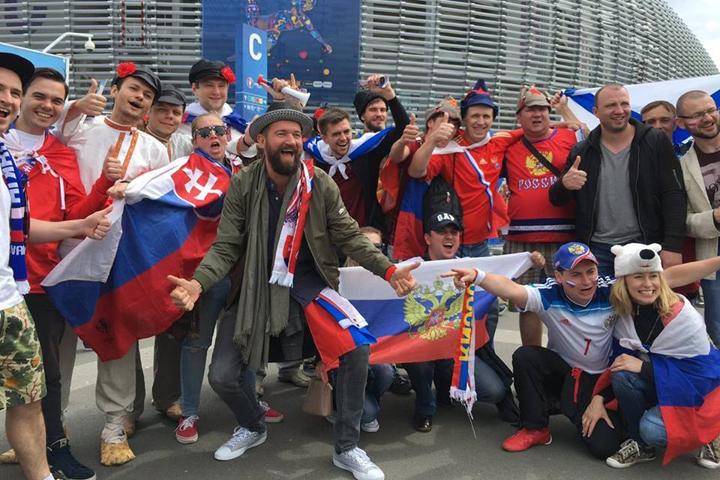 Наши болельщики уже угомонились и даже после поражения от словаков сделали с оппонентами доброе и совместное фото.