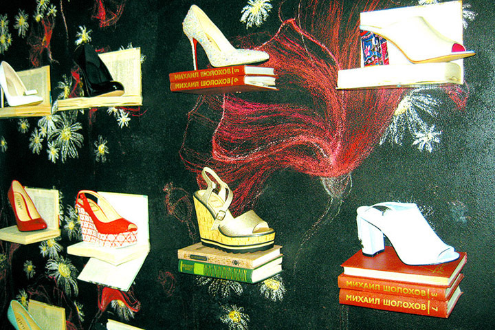 """Вот такое оформление витрины выбрали в одном из обувных магазинов в центре Витебска. Фото: """"Витьбичи""""."""