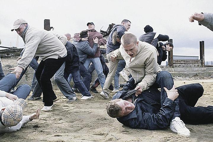 Кадр из фильма «Хулиганы зеленых улиц»: фанаты готовы убивать.