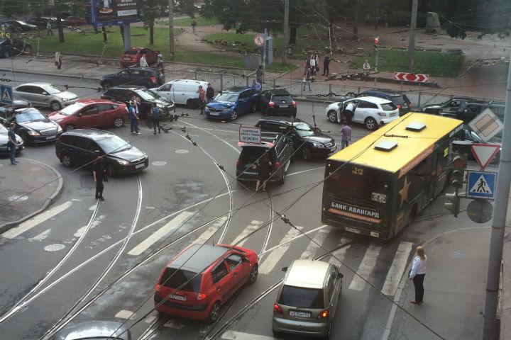 Массовая авария на Лебедева собрала десять машин Фото: ДТП и ЧП