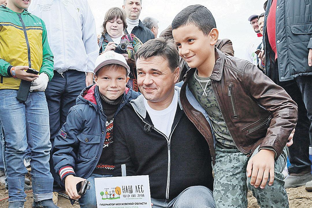 Губернатор принимает участие в работах по лесовосстановлению. Фото: mosreg.ru