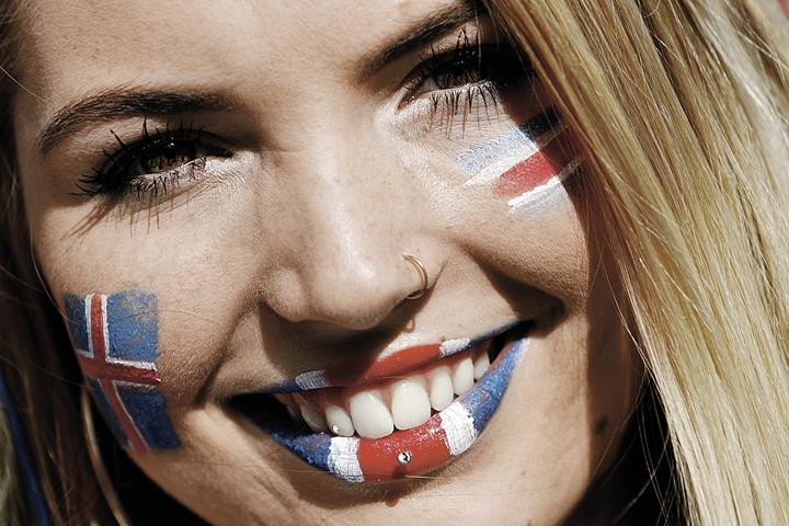 У болельщиц Исландии губа не дура! Фото: Kai Pfaffenbach/REUTERS