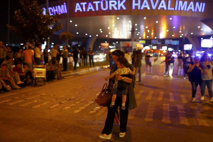 Люди покидают место теракта в аэропорту