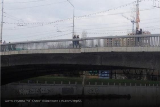 4 КамАЗа испытали напрочность Юбилейный мост