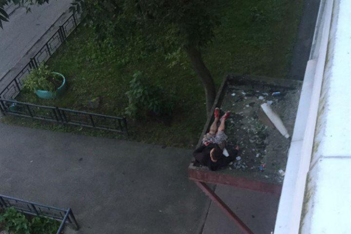 ВВыборгском районе нетрезвый мужчина упал с 5-ого этажа ивыжил