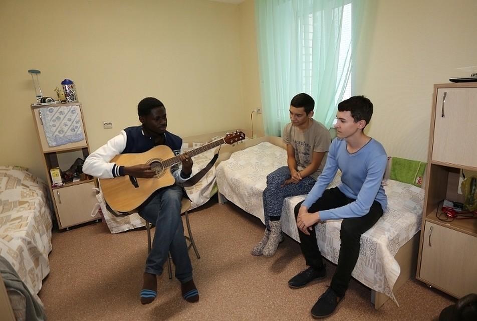 Студенты в общежитии голые