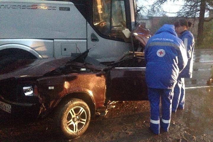 Автобус подмял под себя «Жигули»: шофёр умер