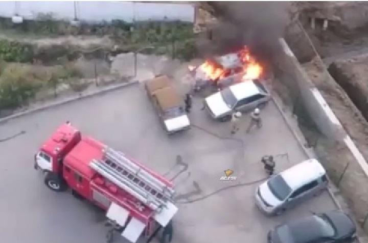 Дети сожгли дотла припаркованный Форд водворе вНовосибирске