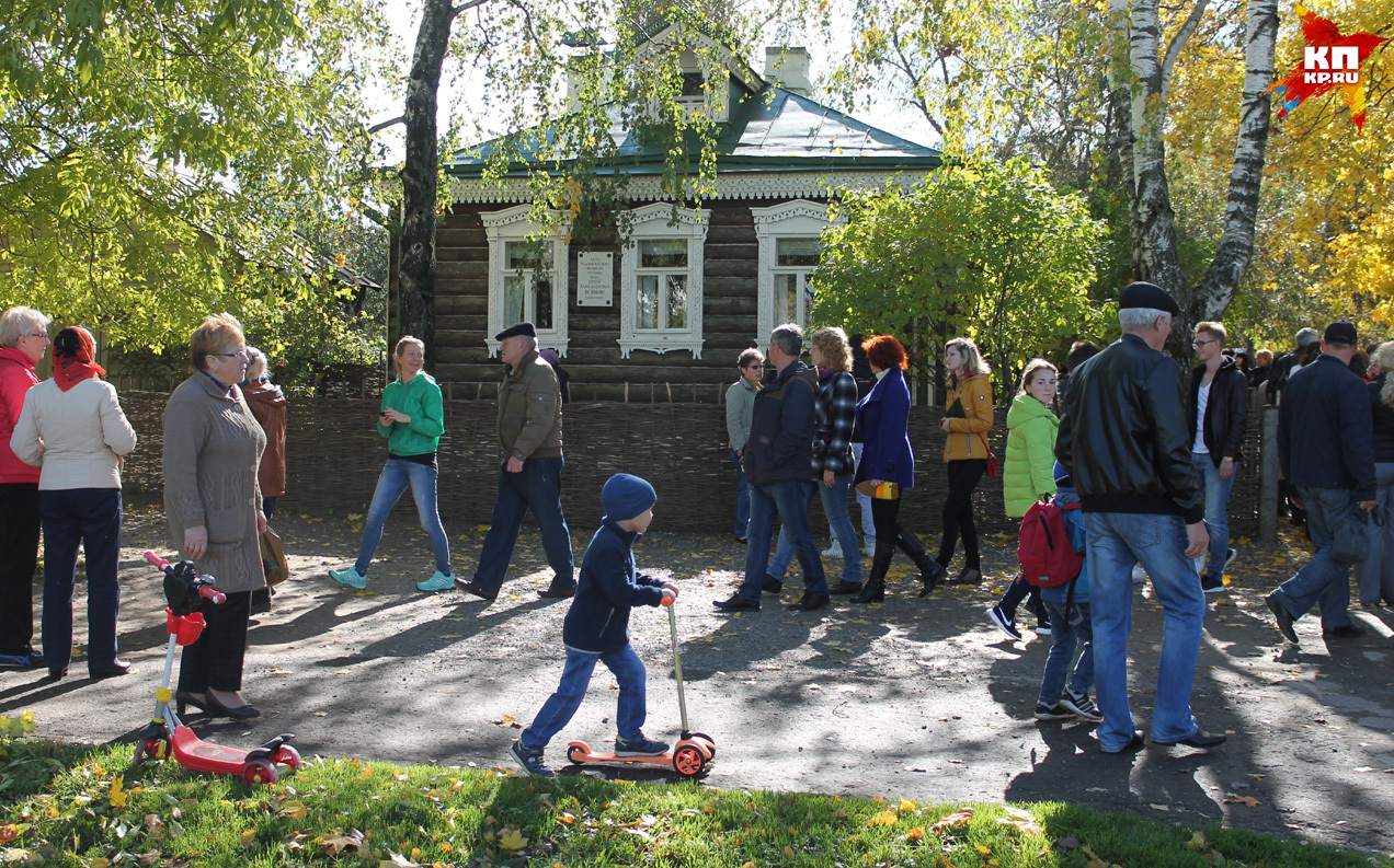 Гости праздника перед домом родителей Есенина