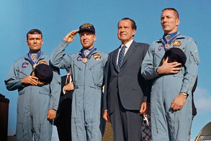 Чудом спасшихся астронавтов «Аполлона-13» встретил на Земле Ричард Никсон - президент США.